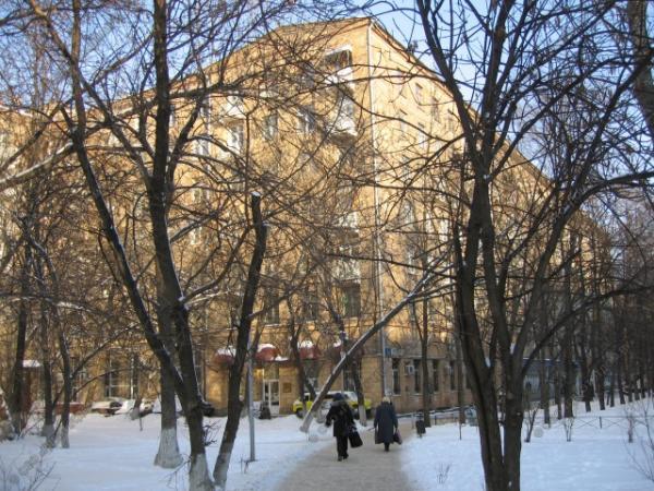 В этом доме на ул. Черняховского жили Л.Гайдай, М.Глузский, Т.Пельтцер и многие другие великие артисты