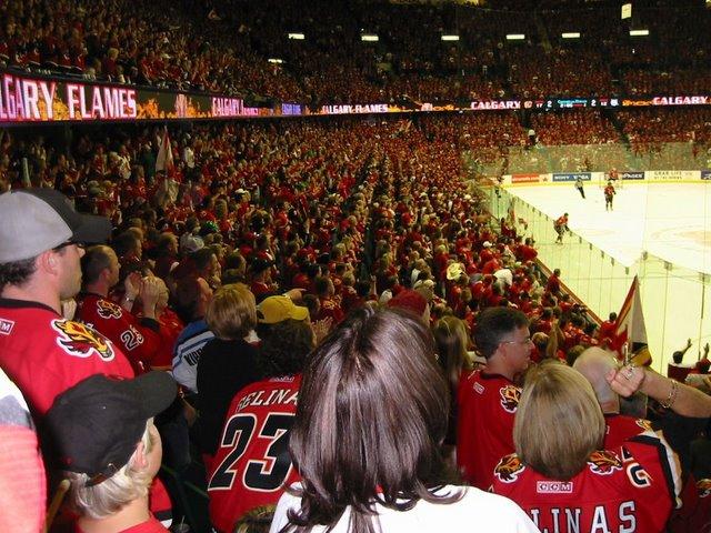 В России билет на хоккей стоит 10-20 долларов, в Канаде – 60-100. Настоящий канадец должен обязательно ходить на хоккей