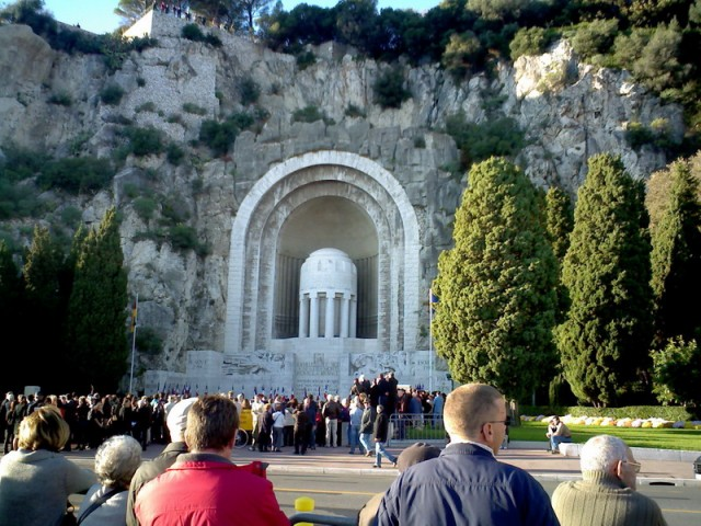Грот с монументом
