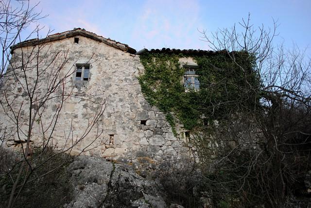 Вот этот дом на очень большом (несколько десятков км) расстоянии от моря владельцы могут продать за 150.000 евро...
