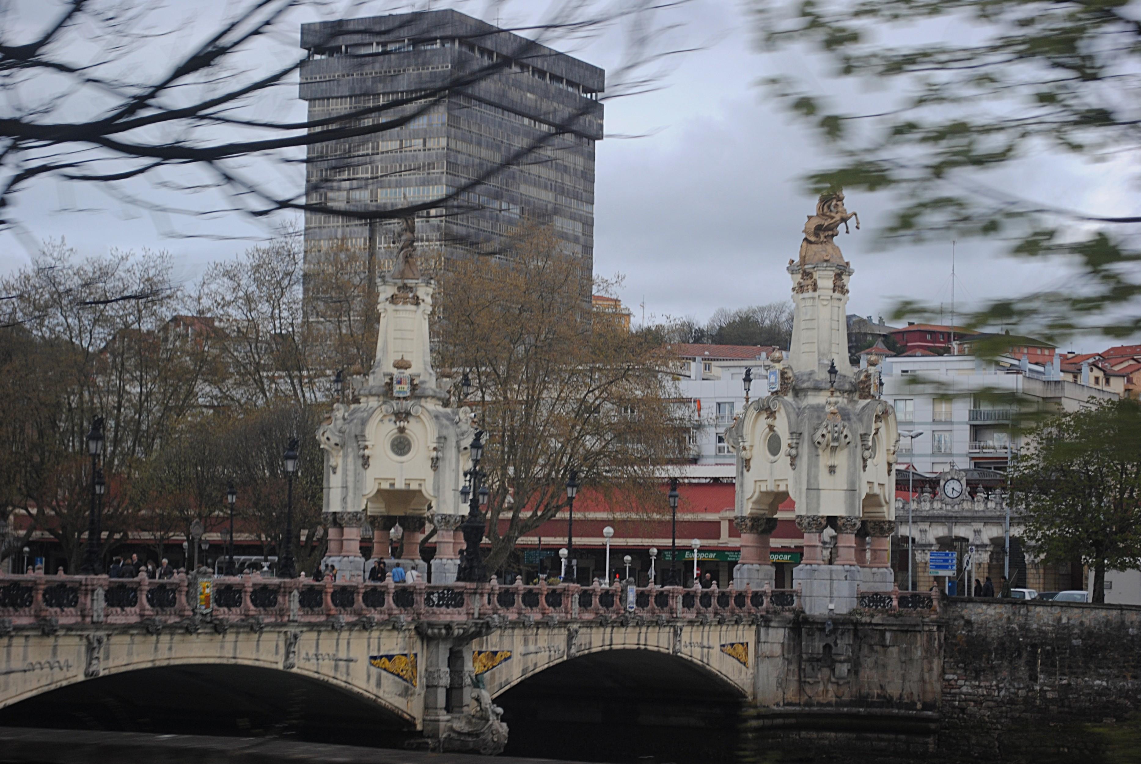 """Вот такие уродливые сооружения в качестве """"фона"""" для красивых исторических построек в Испании (как и в России) — не редкость. Фотография из того самого города Сан-Себастьян, где ежегодно проводится знаменитый кинофестиваль"""