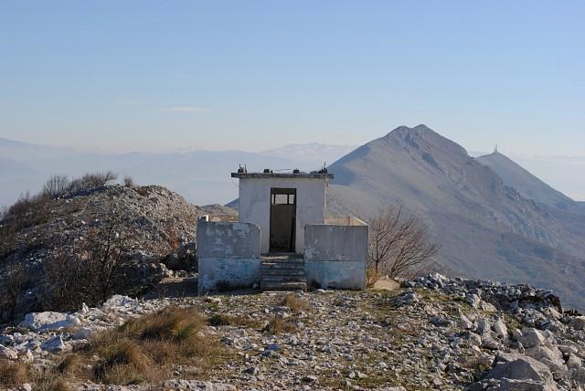 Последняя будка часовых бывшей югославской заставы. Впереди, за похожей на спину двугорбого верблюда горкой, — такая же брошенная бывшая застава Албании