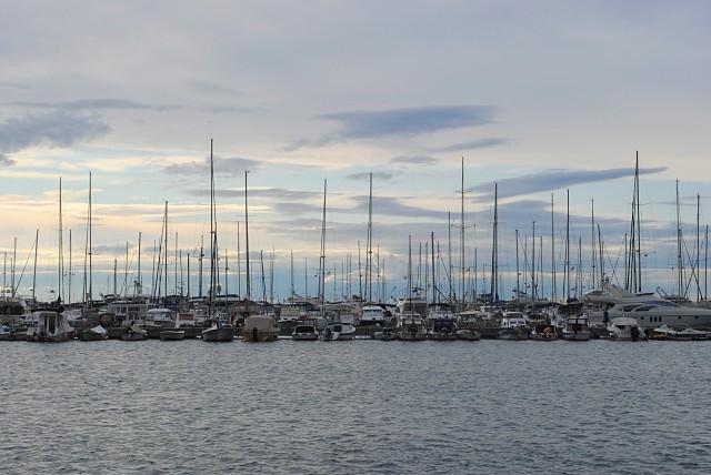 Большинством приписанного к порту Бара маломерного флота владеют бывшие или периодически приезжающие пожить здесь россияне...