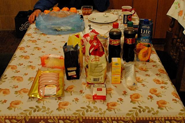 """Небольшой поход в гипермаркет в Баре: дороговизна. 300 г сыра + 200 г карбоната + банка каймака + 2 пакетика сербских шоколадных конфет по 150 г + упаковка круассанов + пакет сока + 2 бутылки (по 0,5 л) напитка """"Cockta"""" + пачка боснийских сигарет + средство от ОРЗ. Итого на сумму свыше 40 евро..."""