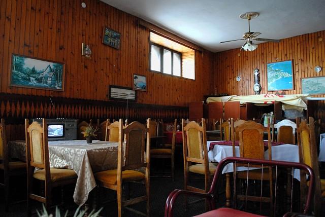 И ещё о сезонности многих видов малого бизнеса в Черногории. В этот уютный, но абсолютно пустой ресторанчик в Старом Ульцине мы попали, предварительно разбудив дома его хозяйку...