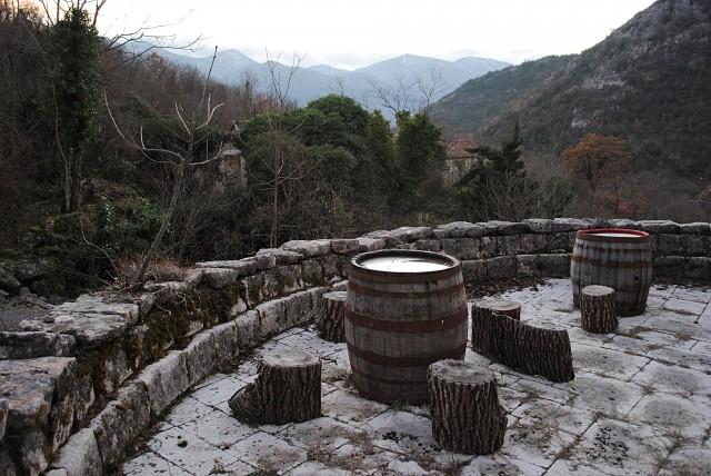 Этот прекрасный инвестиционный объект в одной из горных општин Черногории тоже годится только на тёплое летнее время...