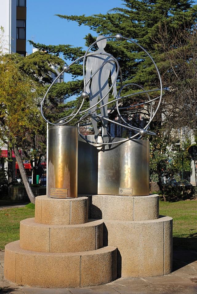 Монумент в честь физиков-ядерщиков возле одного из корпусов политехнического института в Каштелу Бранку в Португалии. Памятников учёным в Черногории мы не нашли... хотя, быть может, они имеются там?