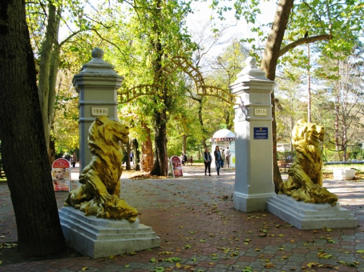 Арка со львами в Целебном парке Горячего Ключа