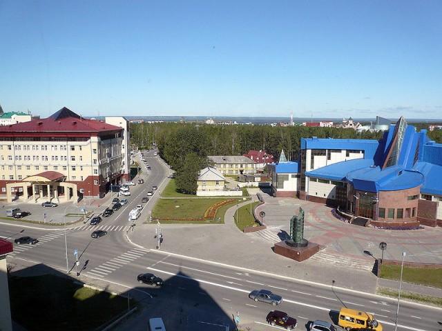 Слева здание Налоговой инспекции, справа – музей геологии нефти и газа. Пересечение улиц Дзержинского и Чехова