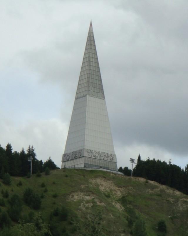 Стела «Первооткрыватели земли Югорской»