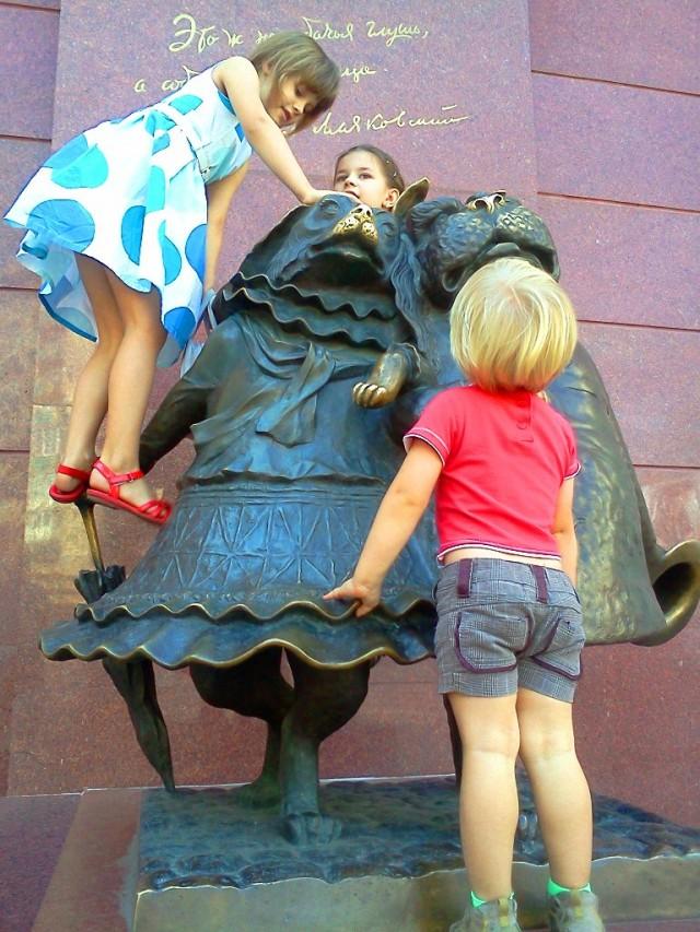 В Краснодаре рассуждают так: это памятники железные, а дети – живые, пусть жизни радуются!
