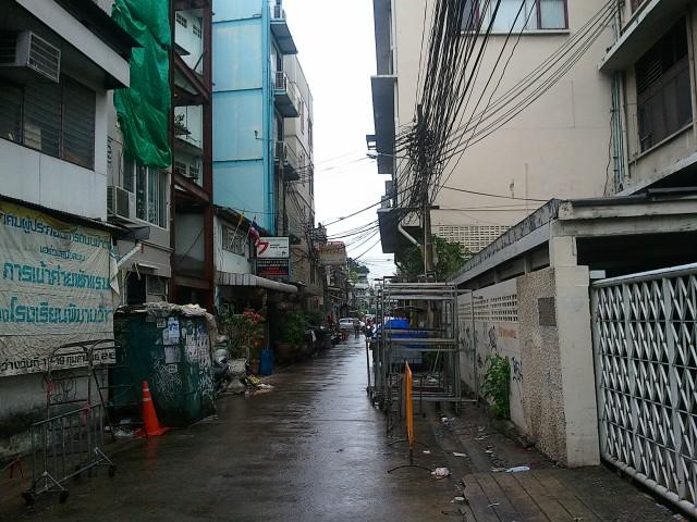 Примерно так выглядела улица, куда меня привёз ушлый туктукер