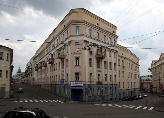 Дом «Утюг» на углу Петропавловского и Певческого переулков