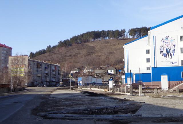 Район «Ткацкой фабрики». Вдали от цетральной улицы, ближе к горе уже идут застройки частного сектора