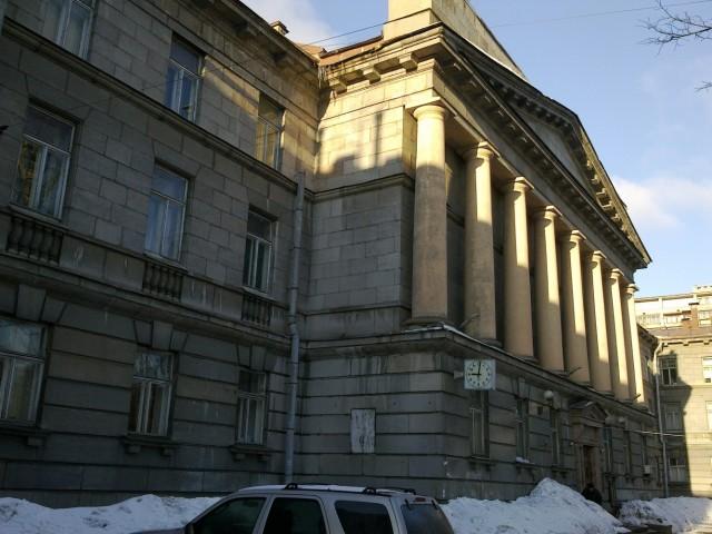 В этом здании я работаю