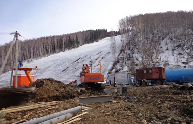 Стройка горнолыжного комплекса на горе Комсомольская в полном разгаре