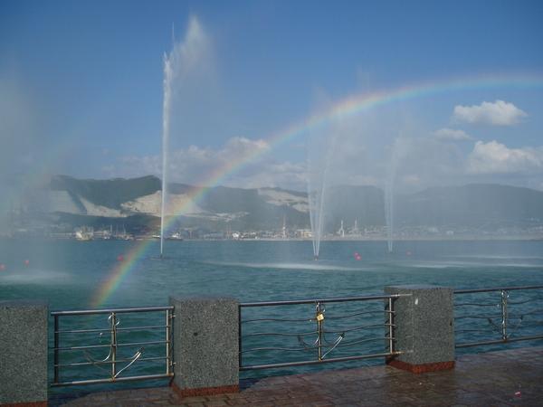 Набережная - струи фонтана красиво бьются прямо в море! Здесь очень часто можно увидеть радугу
