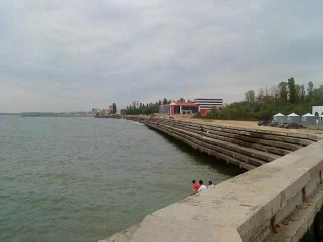 Каспийское море поднялось и захватило часть набережной