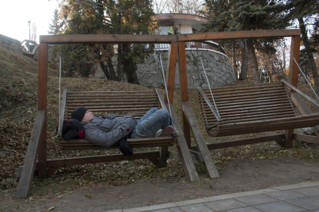 Те самые качели в парке. Рюкзак – под моей головой
