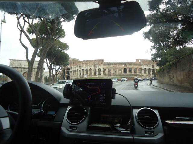 Италия. Вид на Коллизей из окна автомобиля