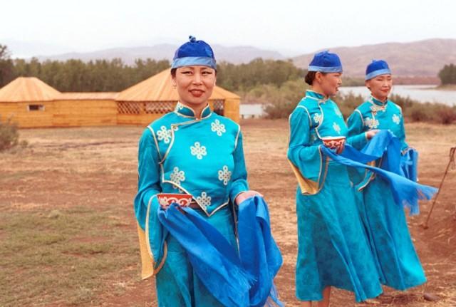 Как в прошлом, так и сейчас тувинцы, русские, хакасы живут не отдельными группами, а единой семьей
