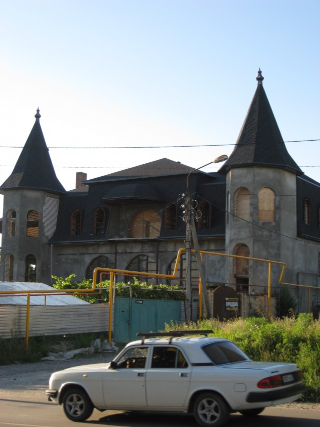 Недостроенная резиденция, выставленная на продажу. Улица Чехова