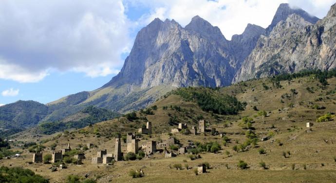 Родовые башни на фоне горных пейзажей — визитная карточка Ингушетии