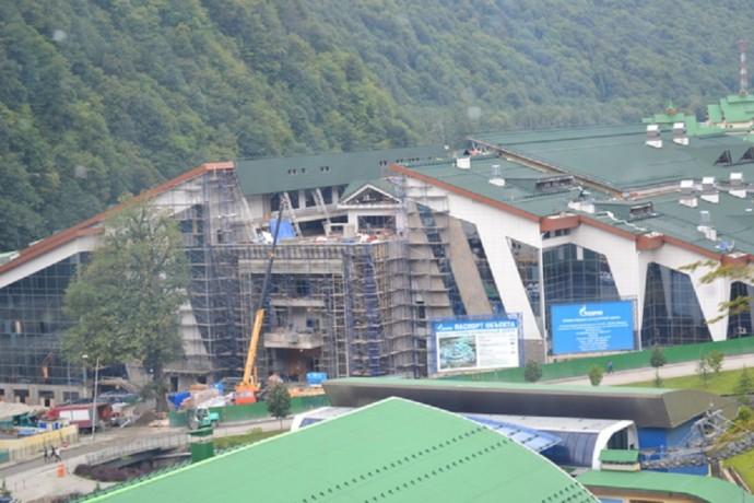 Строящийся гостинично-развлекательный комплекс в поселке Красная Поляна, где будут размещены участники и гости Олимпиады