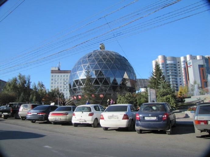 Необычное здание в виде стеклянного шара в Новосибирске