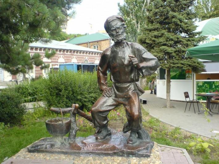 Памятник деду Щукарю
