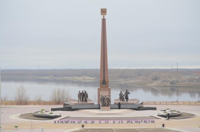 Памятник первопроходцам на набережной
