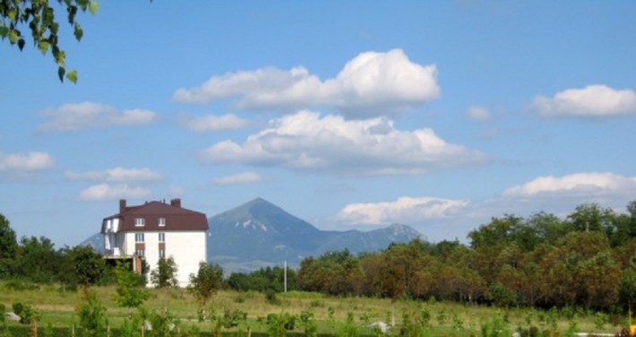 Вид на гору Бештау (парк санатория «Виктория»)
