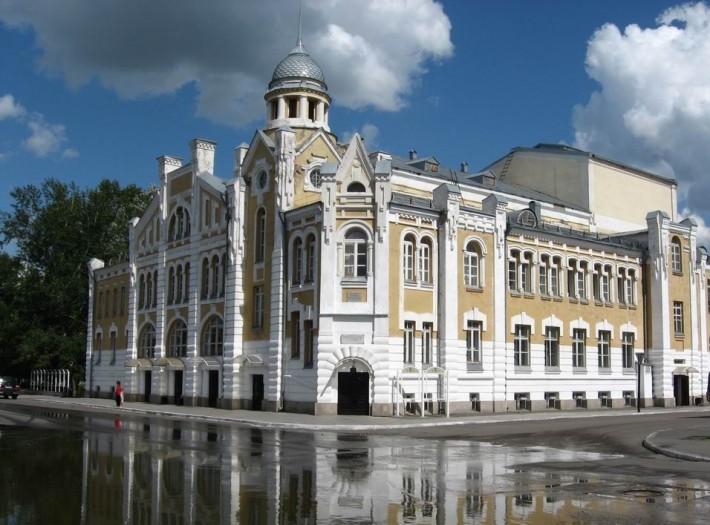 Одна из главных архитектурных достопримечательностей — Бийский драматический театр