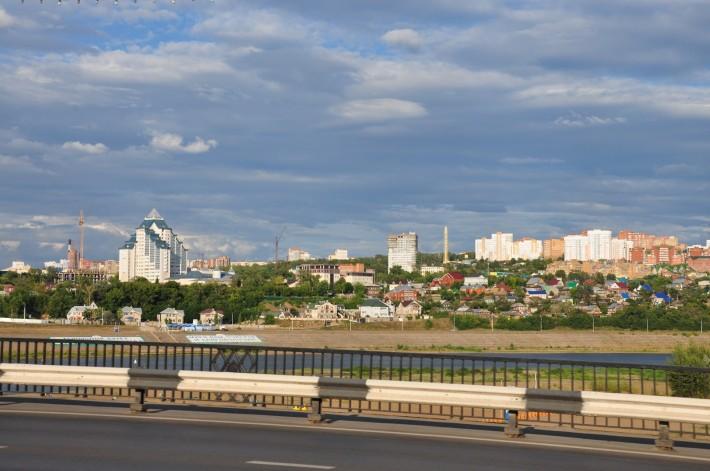 Такой пейзаж открывается, когда въезжаешь в город по мосту через р. Белую со стороны аэропорта