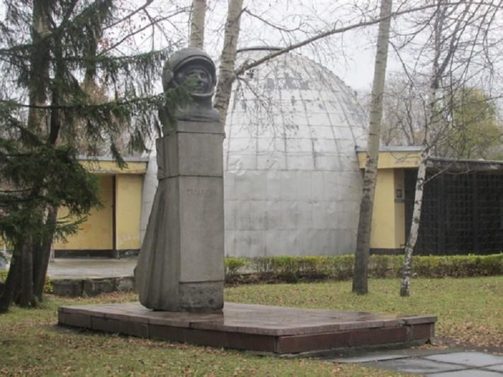 Планетарии в парке Гагарина, а рядом памятник Юрию Гагарину