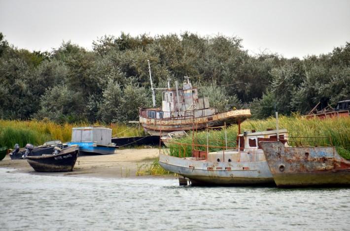 Заброшенные рыбацкие суда близ Лагани