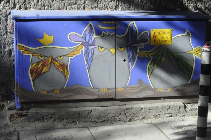 Такими граффити раскрашены практически все электрощитки в городе
