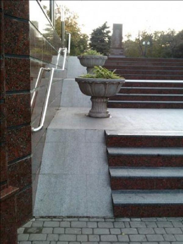 Это вход в парк Ленина. И такие курьёзы случаются