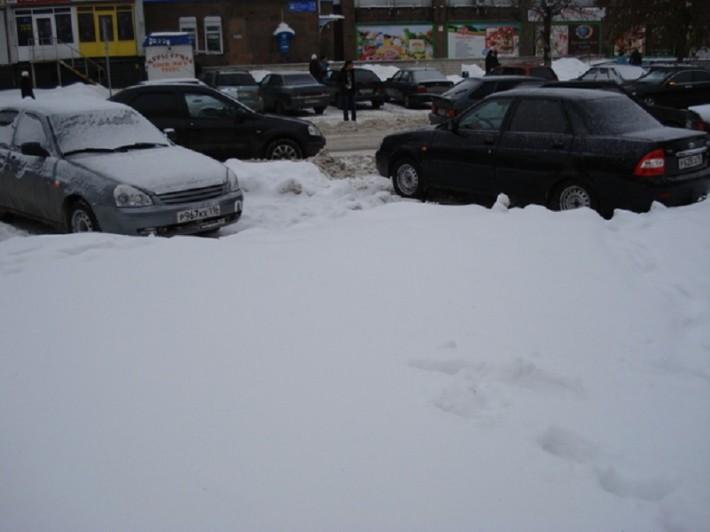 Снежные заносы на дорогах и заблокированные в них автомобили