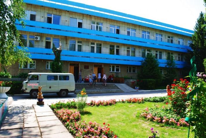 Детская поликлиника, очень красиво оформленное здание, там множество детских статуэток, вырезанных из дерева, но персонал ужасающий!
