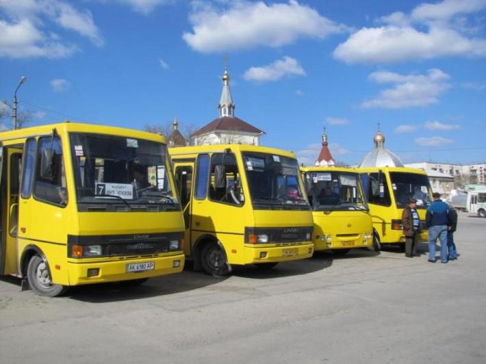 Транспортное сообщение внутри города и пригорода осуществляется маршрутными автобусами