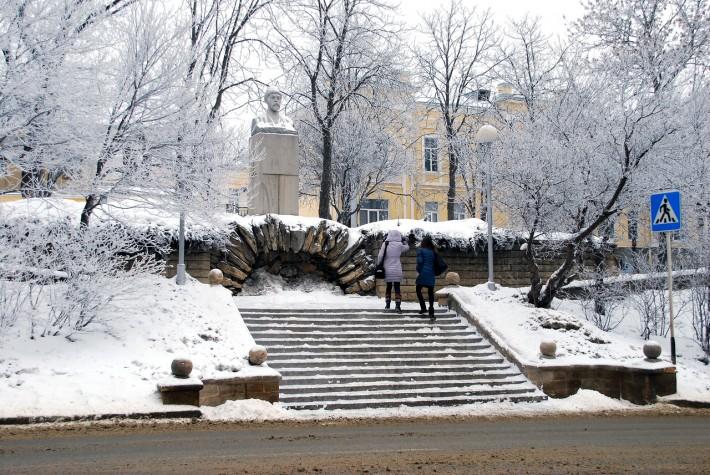 У памятника Коста Хетагурову в Ставрополе