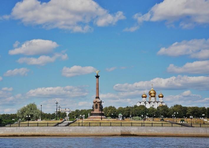 Успенский собор и памятник 1000-летию Ярославля