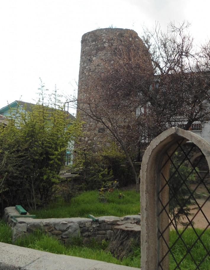 Сохранившаяся башня крепости Алустон