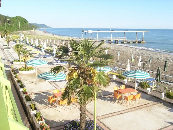Единственный платный пляж в Лазаревском. Он принадлежит санаторию «Одиссея»
