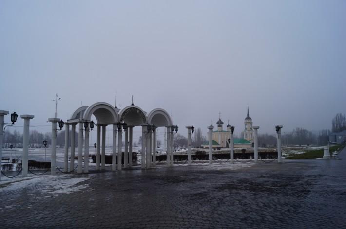 Адмиралтейская площадь на берегу водохранилища