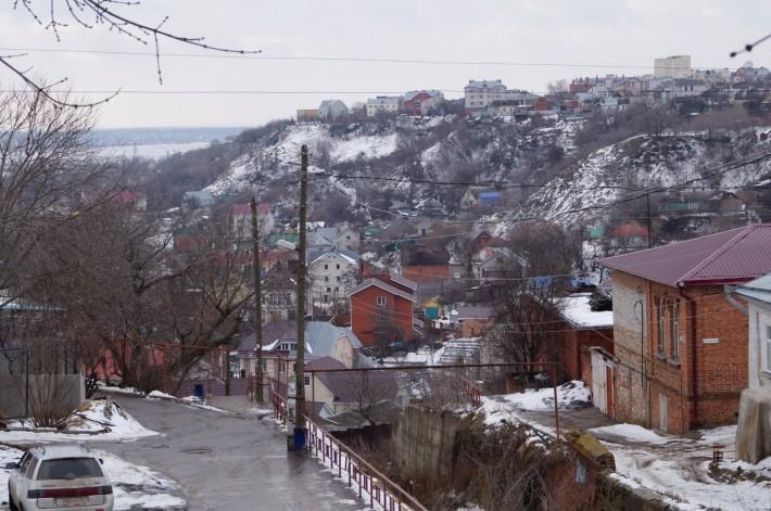 Чуть в сторону от центра к водохранилищу, рельеф становиться холмистым. Узкие улочки с частными домами. Крутые подъемы-спуски. Жуткий гололед зимой