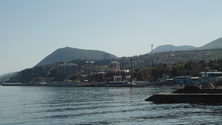 Вид на отель Рэддисон с восточного побережья Алушты