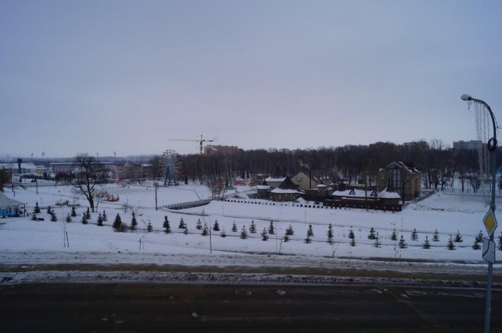 Городской парк под толщей снега