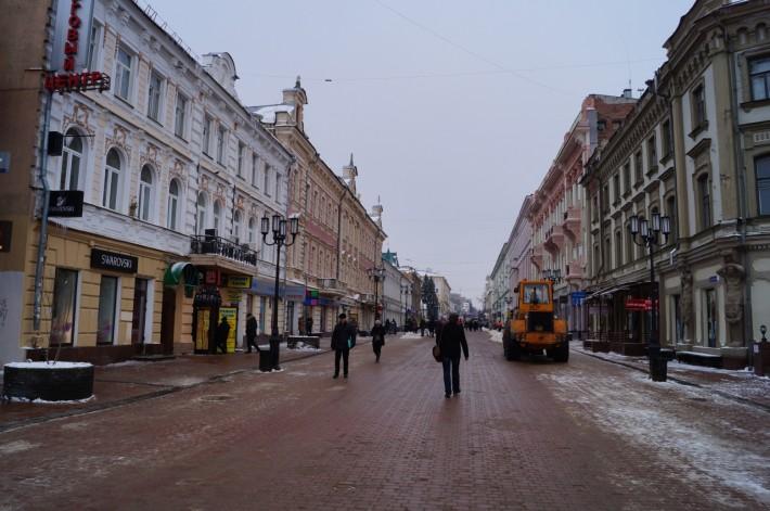 Большая Покровская. Пешеходная улица с массой магазинов, кафе, ресторанов, уличными артистами и красивыми домами